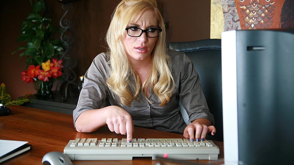Nerd Aurora Snow fucking in the desk with her petite