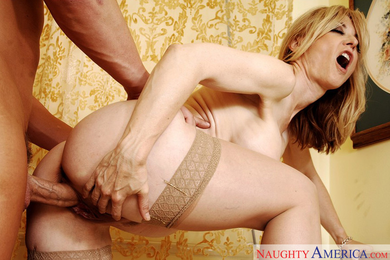 Porn star Mrs. Hartley having sex