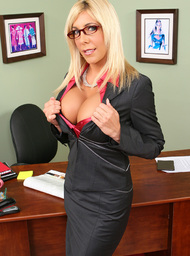 Blonde cougar claws her way to the meaty baton 3
