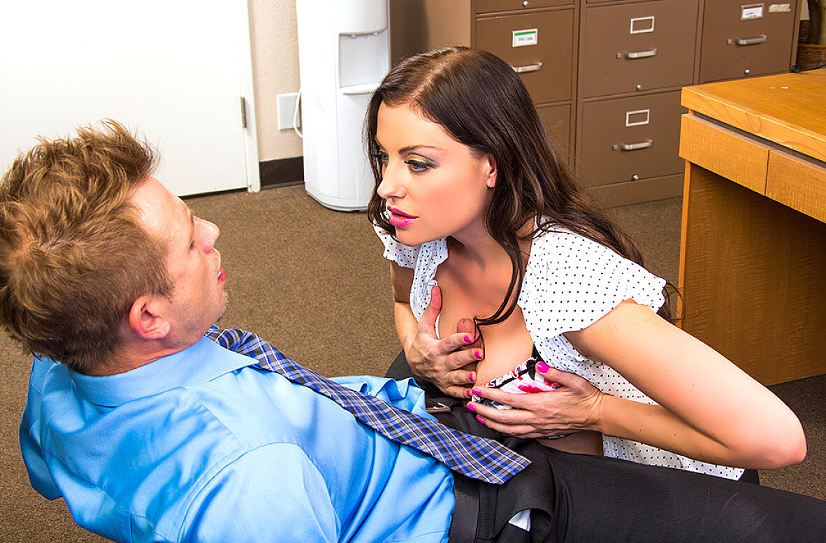 Watch Sovereign Syre and Bill Bailey 4K video in Naughty Office