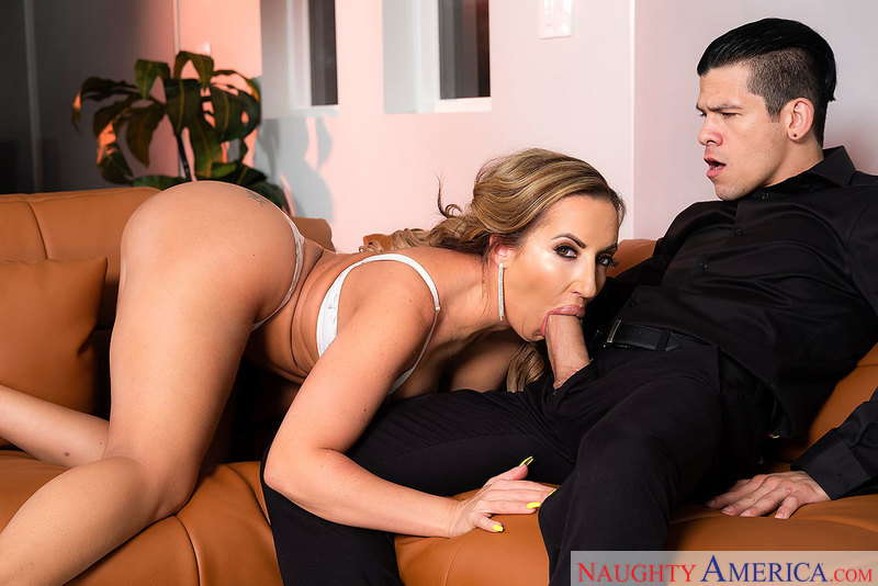 MILF Richelle Ryan fucking in the couch with her bubble butt - Sex Position 2