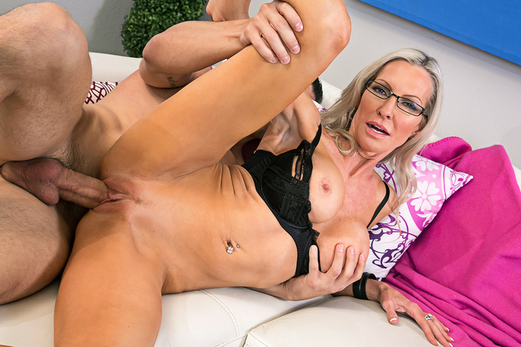 Emma Starr fucking in the couch with her outie pussy